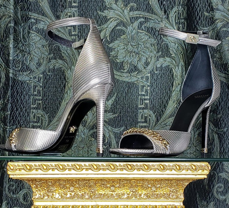 VERSACE SILVER LEATHER SANDALS SHOES with GOLD CHAIN 40 - 10 In New Condition For Sale In Montgomery, TX