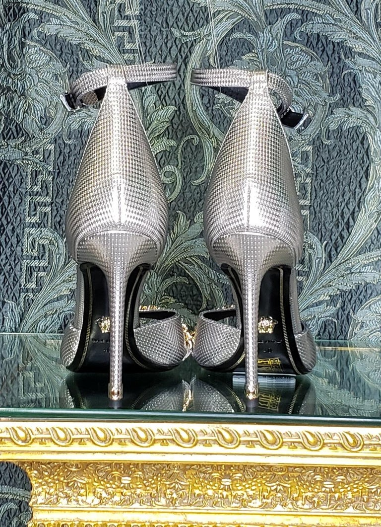 VERSACE SILVER LEATHER SANDALS SHOES with GOLD CHAIN 40 - 10 For Sale 2