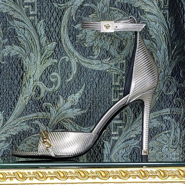 VERSACE SILVER LEATHER SANDALS SHOES with GOLD CHAIN 40 - 10 For Sale 3