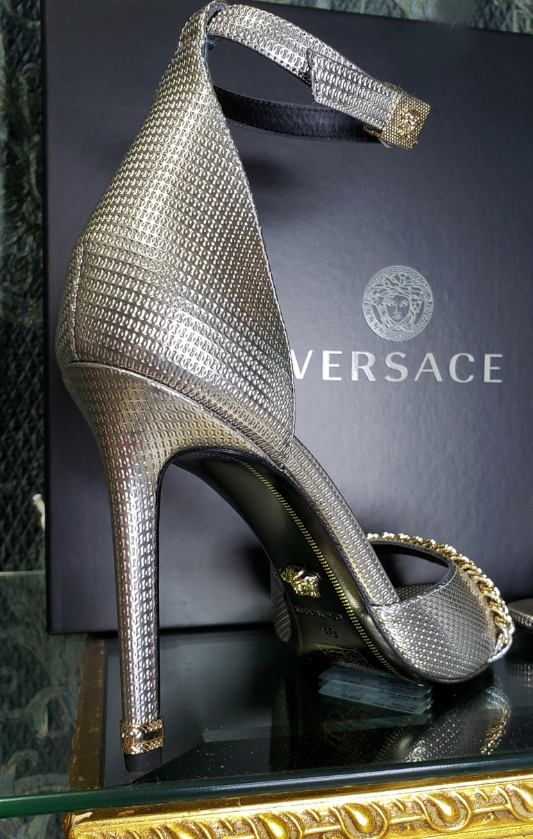 VERSACE SILVER LEATHER SANDALS SHOES with GOLD CHAIN 40 - 10 For Sale 4