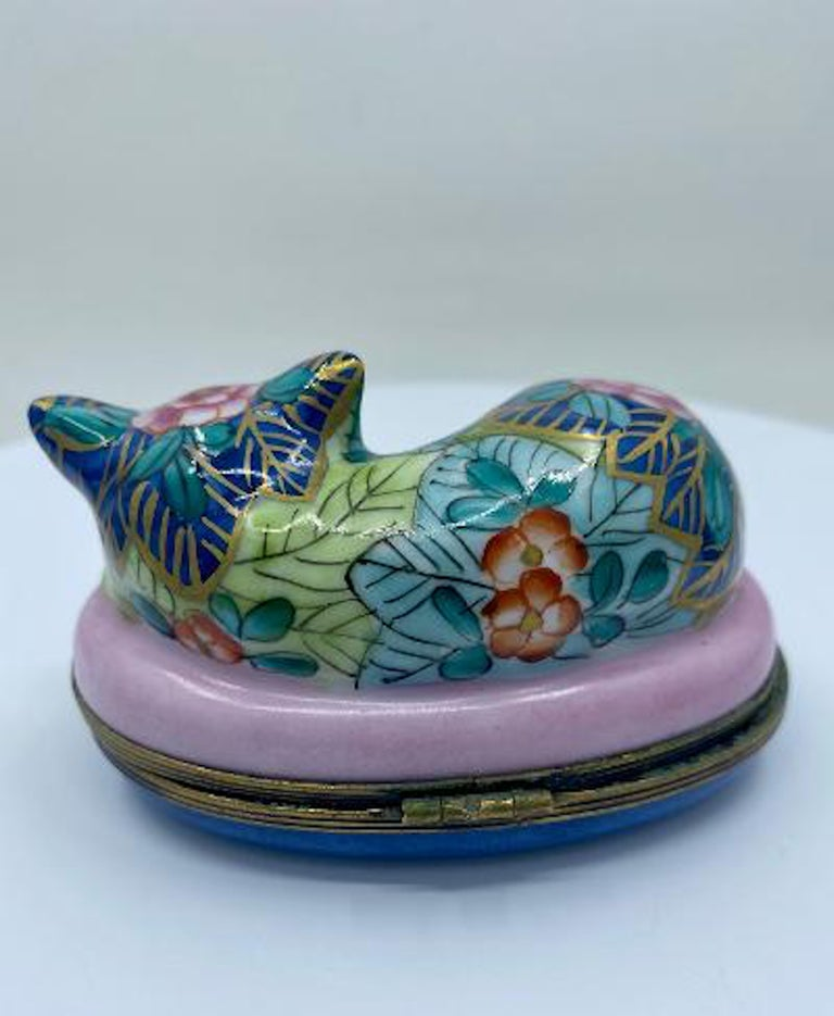 Very Detailed Limoges France Hand Painted Porcelain Sleeping Cat Trinket Box In Good Condition For Sale In Tustin, CA