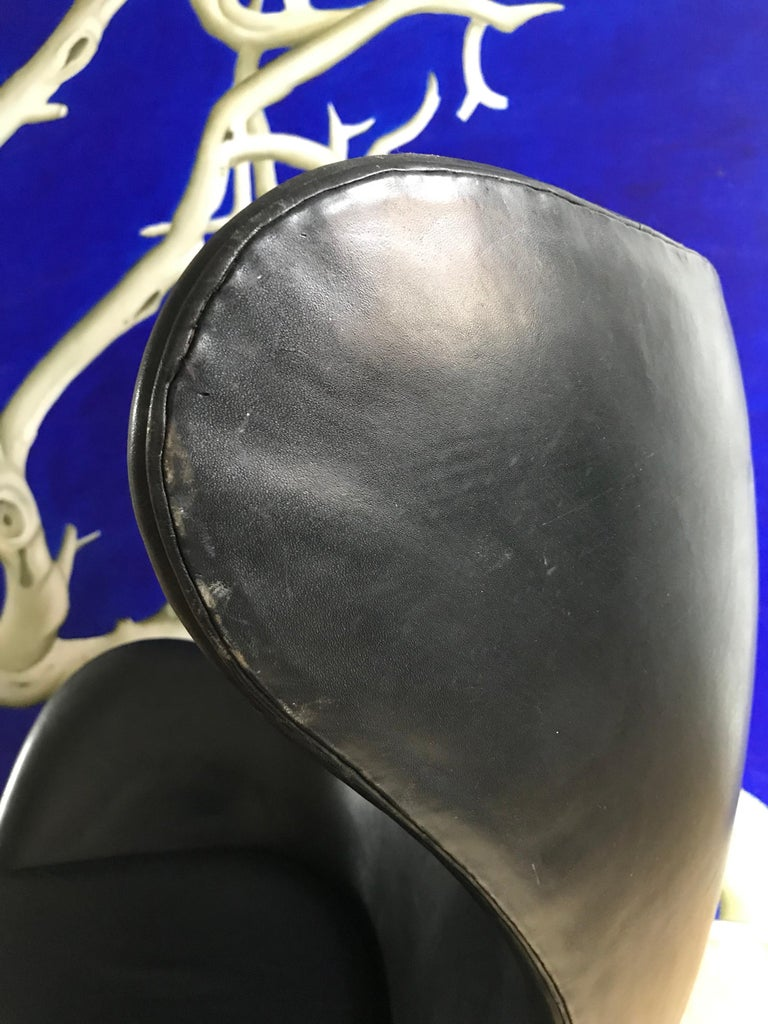 Mid-Century Modern Vintage Arne Jacobsen 3316 Egg Chair in Black Leather from 1975 For Sale