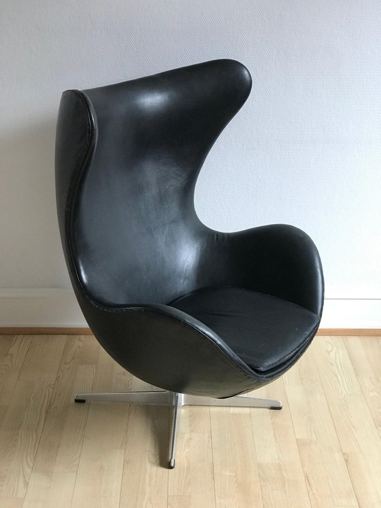 Vintage Arne Jacobsen 3316 Egg Chair in Black Leather from 1975 For Sale 1