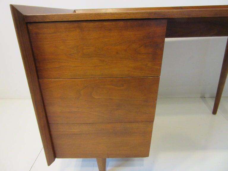 Very Early Jens Risom Walnut Mid Century Desk Model D-140 In Good Condition For Sale In Cincinnati, OH