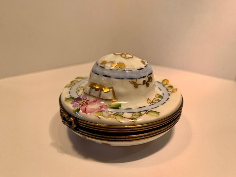 Very Pretty Limoges France Hand Painted Porcelain Hat Shaped Trinket Box In Excellent Condition For Sale In Tustin, CA
