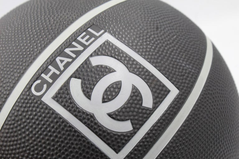 Very rare Chanel black basket ball  In Good Condition For Sale In Paris, FR
