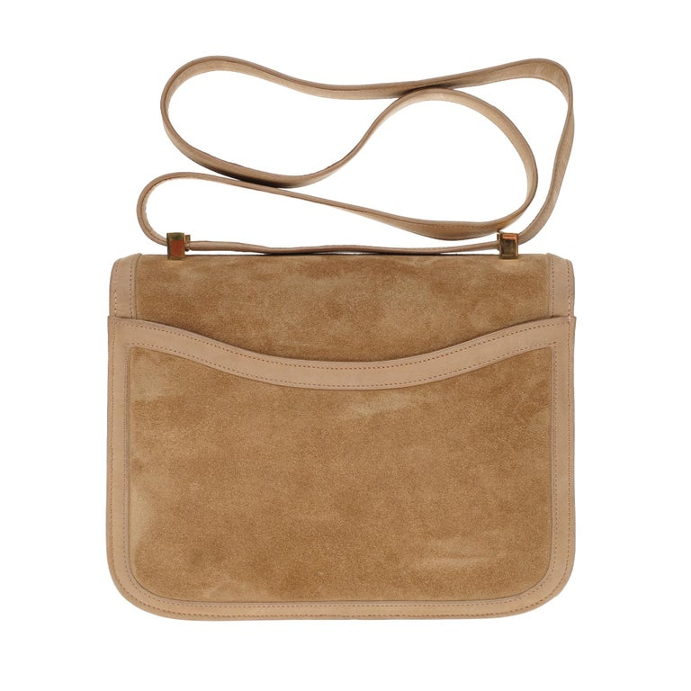 COLLECTOR : Rare & Splendid Handbag Constance 23 cm Doblis in suede color sand and leather box clay, gold plated metal hardware, handle transformable into turned skin sand allowing a hand or shoulder carried.  H-shaped closure on flap. A patch