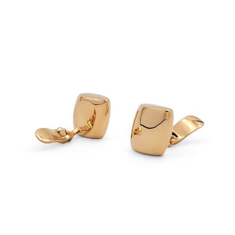 Authentic Vhernier 'Plateau' earrings crafted in 18 karat rose gold. The earrings feature a sleek sculptural curved shape. Clip back without posts. Signed Vhernier, 750, with serial number. The earrings are not presented with the original box or