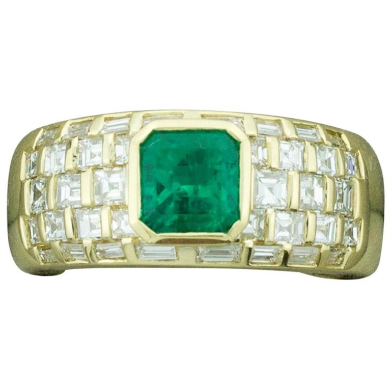 Vibrant Emerald and Diamond Ring in 18 Karat Yellow Gold For Sale