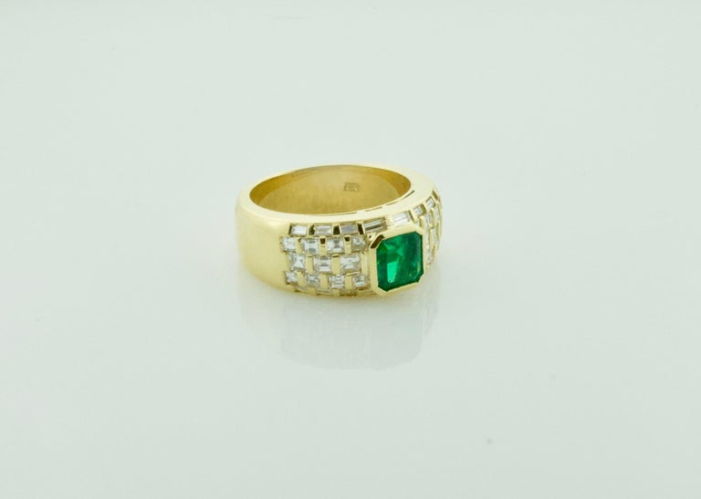 Modern Vibrant Emerald and Diamond Ring in 18 Karat Yellow Gold For Sale
