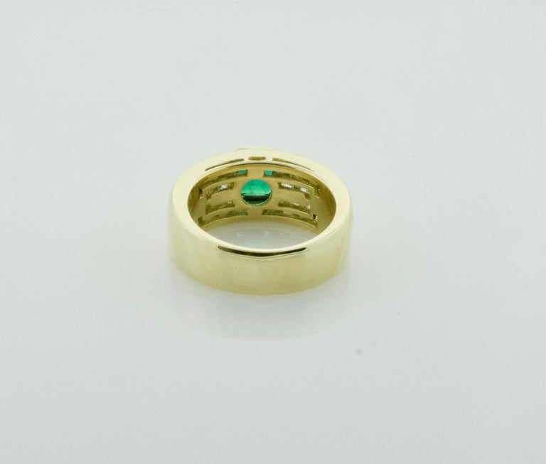 Vibrant Emerald and Diamond Ring in 18 Karat Yellow Gold In Excellent Condition For Sale In Wailea, HI