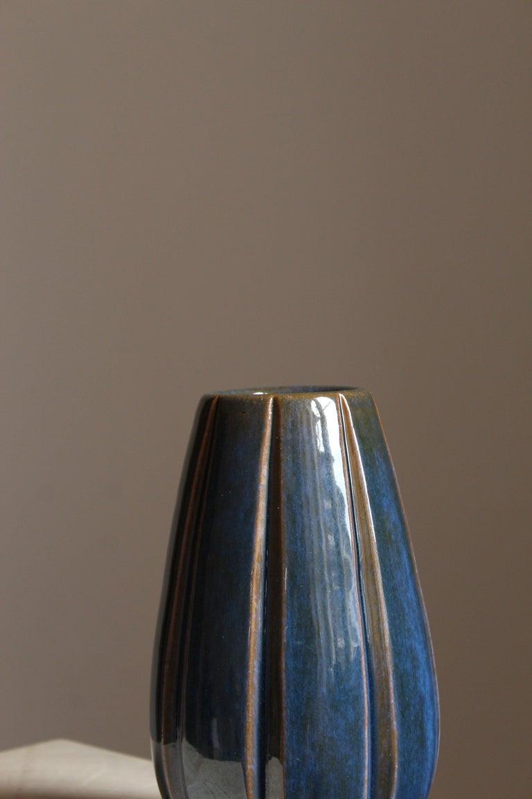Vicke Lindstrand, Vase, Glazed Stoneware, Upsala-Ekeby, Sweden, 1940s In Good Condition In West Palm Beach, FL