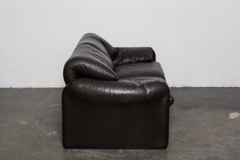 Brown 2 seat Maralunga sofa in original leather, designed by Vico Magistretti for Cassina, Italy - model 675 Maralunga 40, designed in 1973. Measures: Seat depth 23.25''.