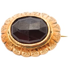 14 Karat Yellow Gold Oval Garnet Brooch