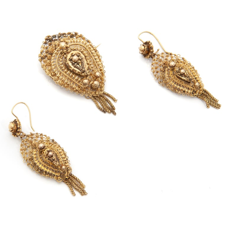 """Dutch antique demi-parure 14 karat gold earrings with brooch, from around 1900. This pair has very fine detailed filigree with the so-called """"spiders"""". Both, earrings and brooch have dangling tassels, or also called """"beard', underneath. These kinds"""