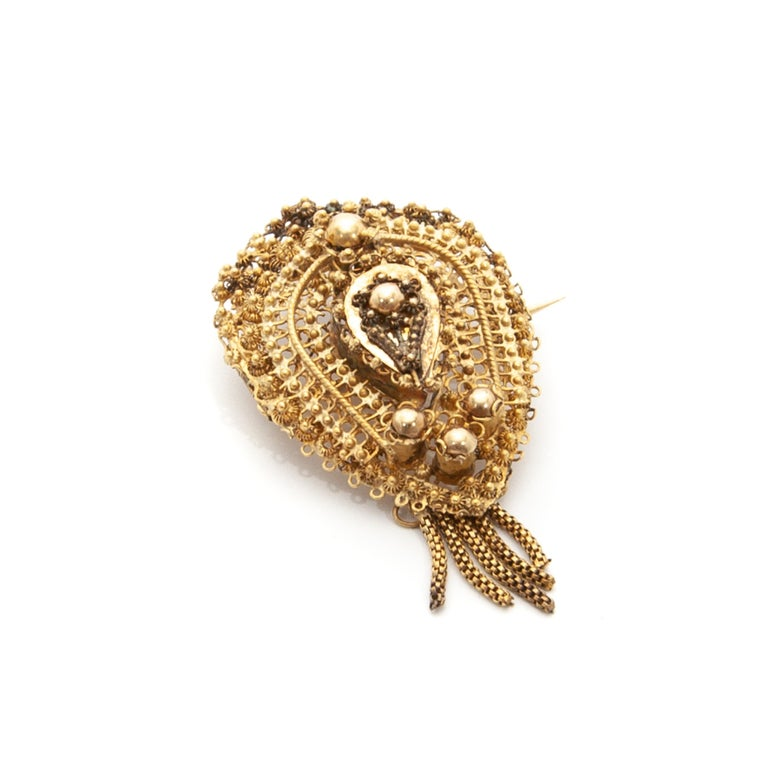 Antique Demi-Parure 14 Karat Gold Filigree Earrings and Brooch For Sale 3