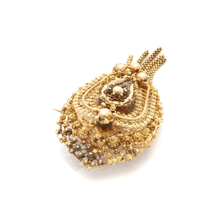 Antique Demi-Parure 14 Karat Gold Filigree Earrings and Brooch For Sale 4