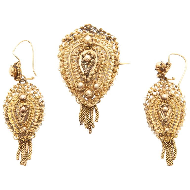 Antique Demi-Parure 14 Karat Gold Filigree Earrings and Brooch For Sale