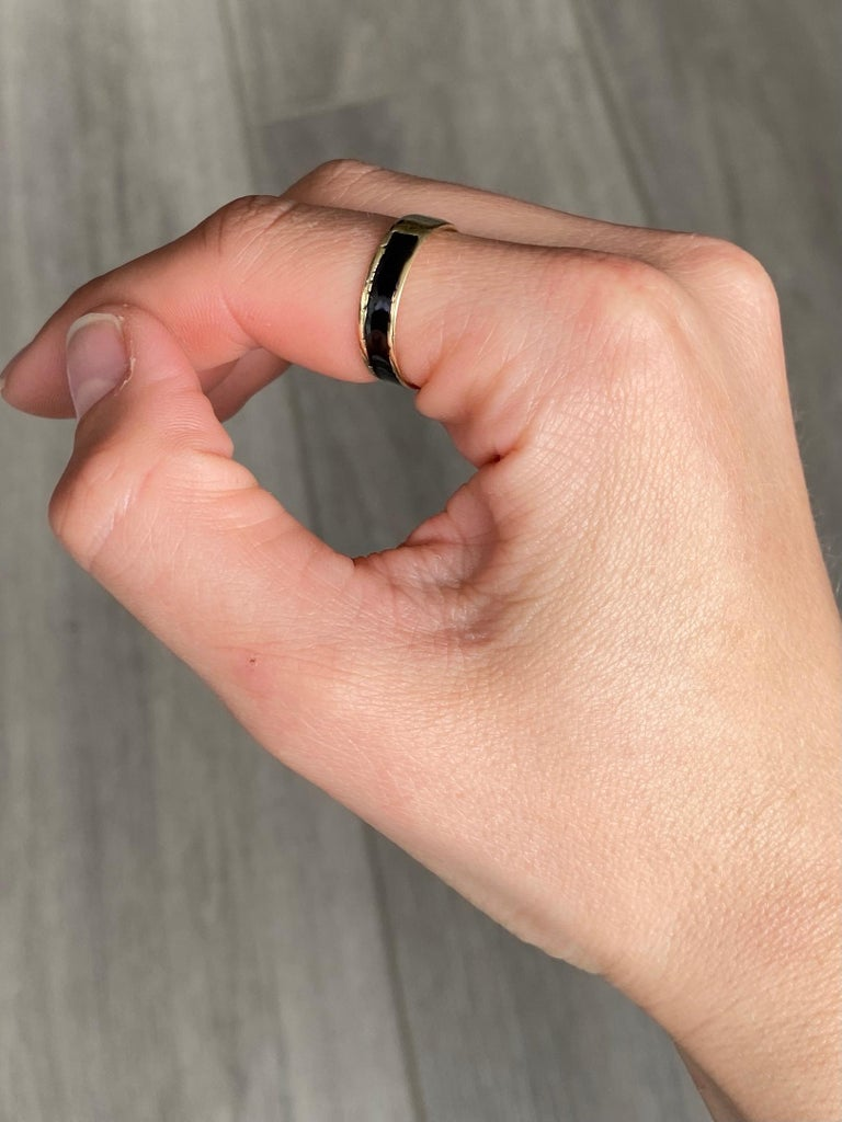 Women's or Men's Victorian 9 Carat Gold and Black Enamel Mourning Ring For Sale