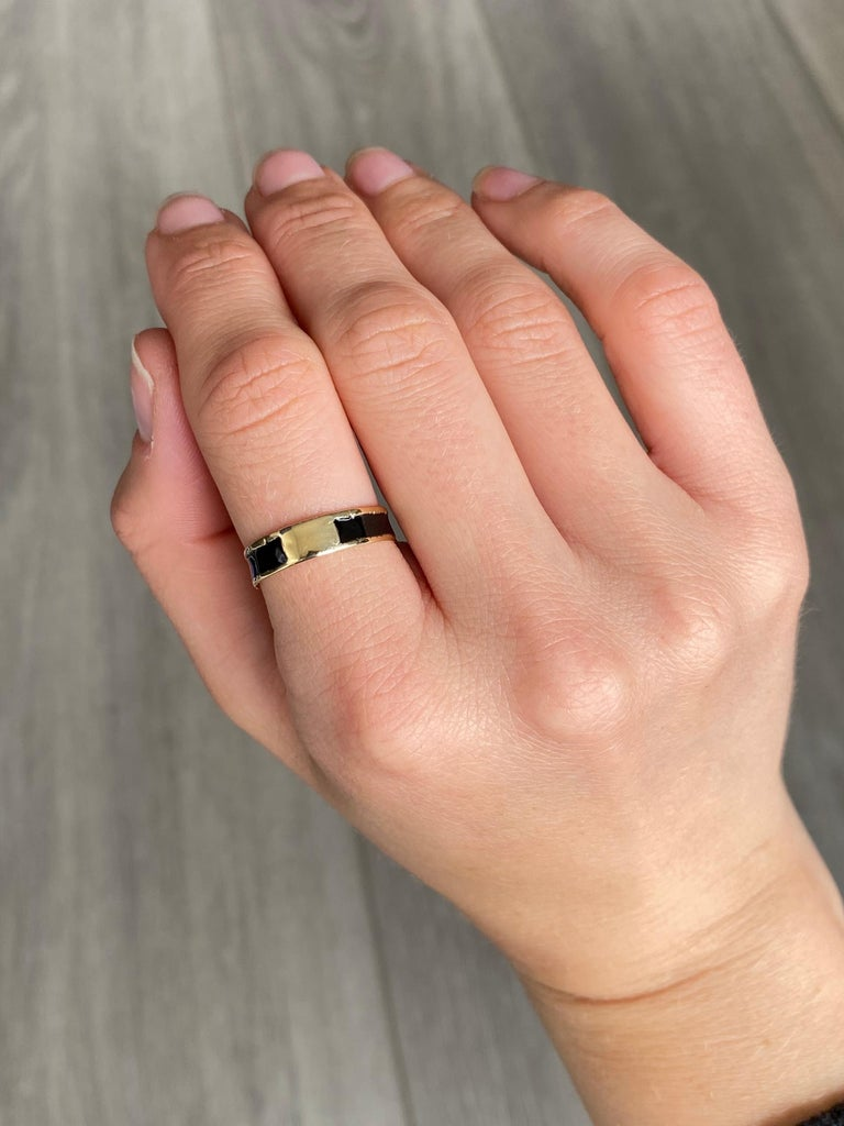 Victorian 9 Carat Gold and Black Enamel Mourning Ring For Sale 1
