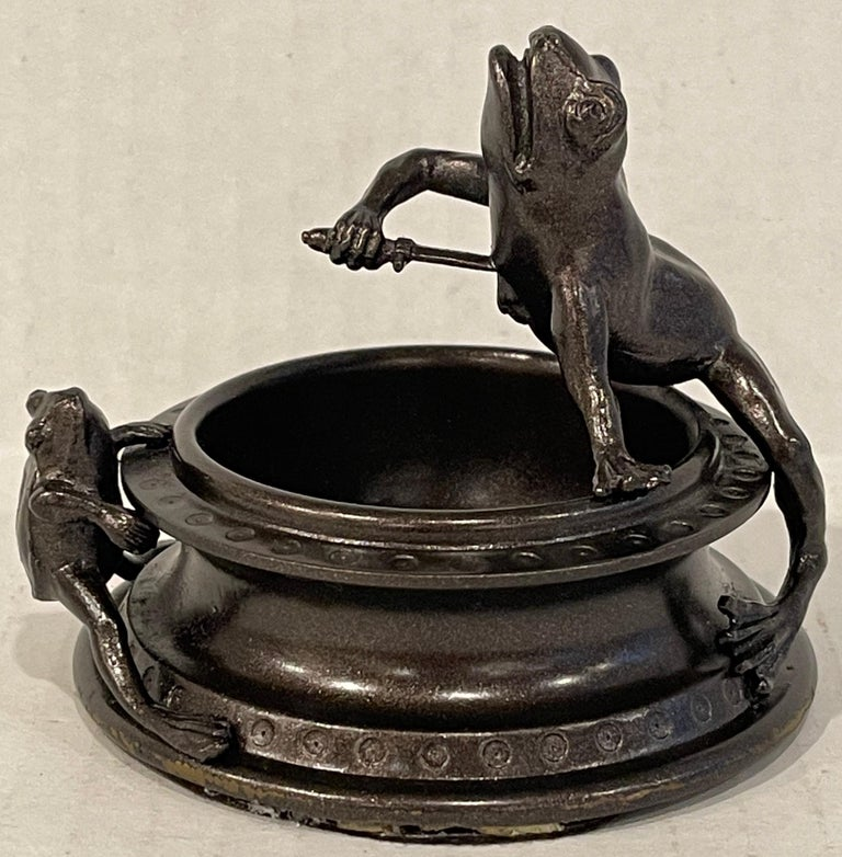 Victorian bronze operatic frog motif Vide-Poche, a petite Vide-Poche, depicting a frog stabbing itself with a sword, with a witness frog. An esoteric Victorian fancy objet. The catch all has a diameter of 2.5