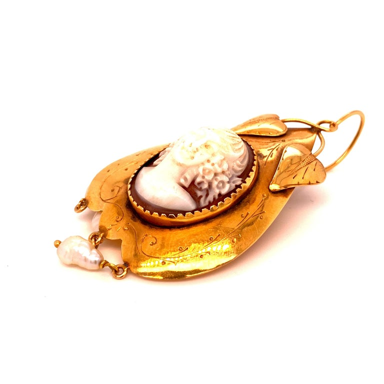Victorian Cameo Pearls Gold Earrings In Excellent Condition For Sale In Napoli, Italy