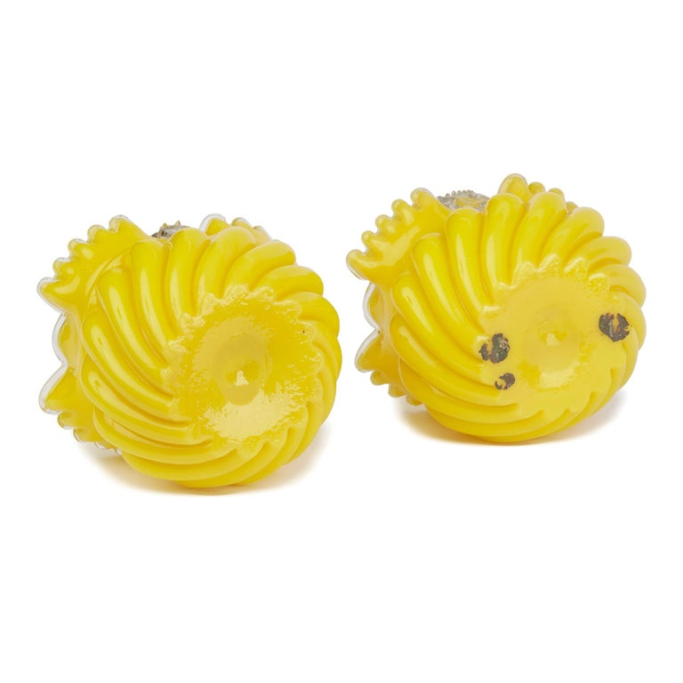 A fine pair antique Victorian English yellow glass handled posey baskets with lobed and ribbed moulding below a crimped rim with a clear glass edge dating from circa 1880-1890. The baskets have a raised clear glass briar handle ring looped to the