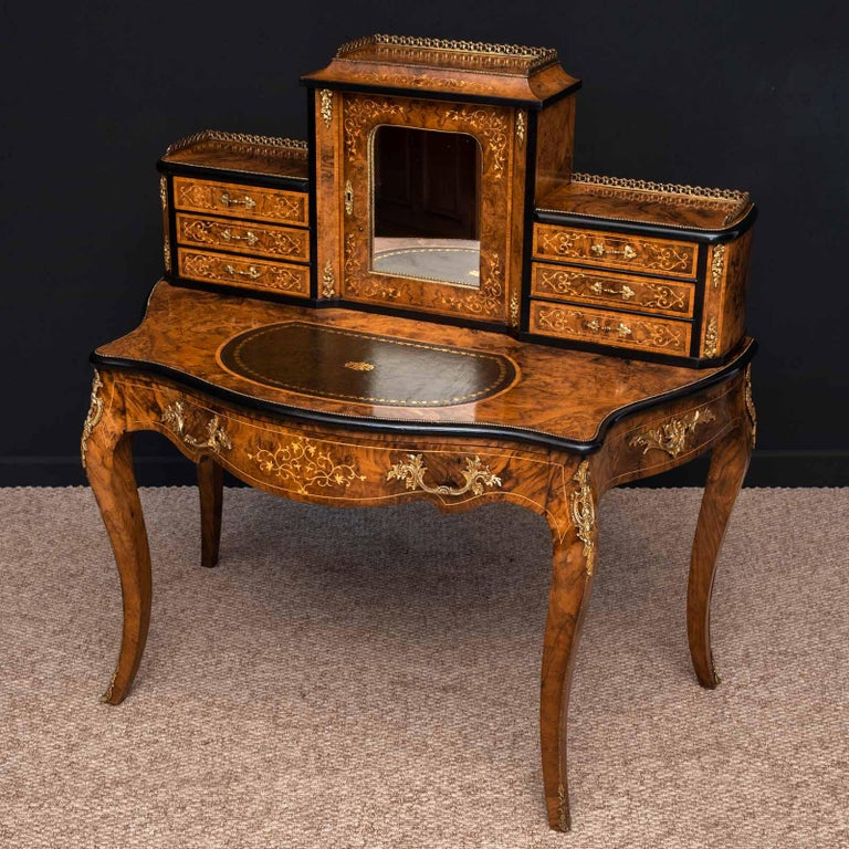 Victorian Walnut Bonhuer de Jour For Sale 10