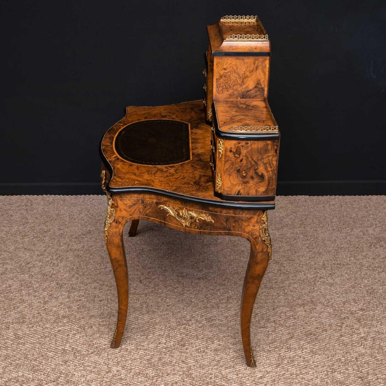 Victorian Walnut Bonhuer de Jour For Sale 11
