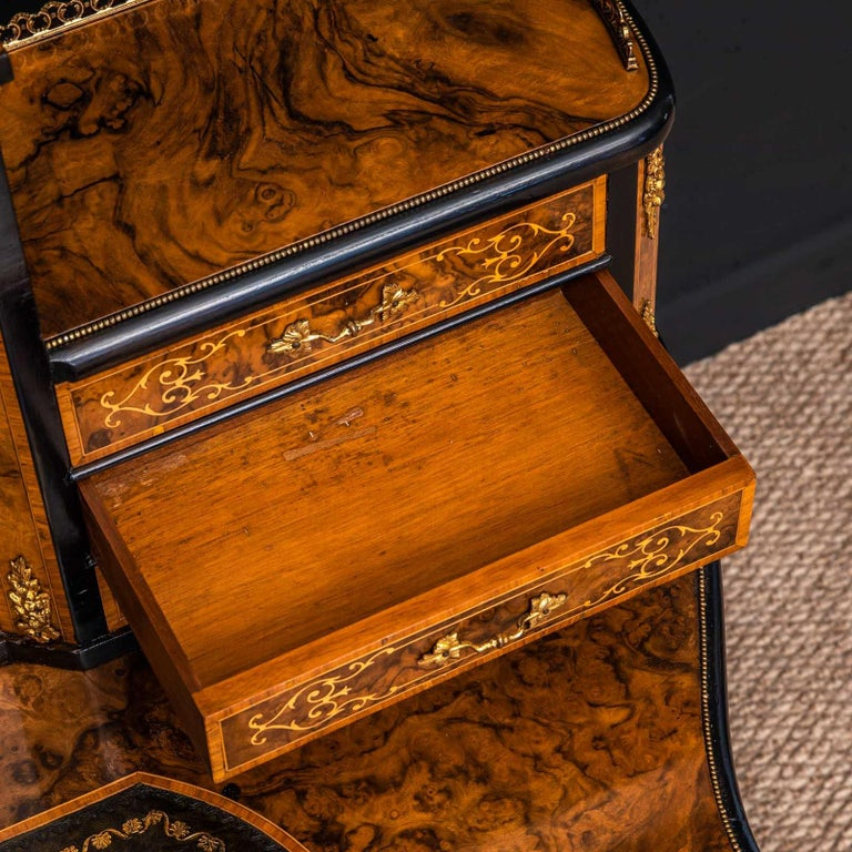 Victorian Walnut Bonhuer de Jour For Sale 13