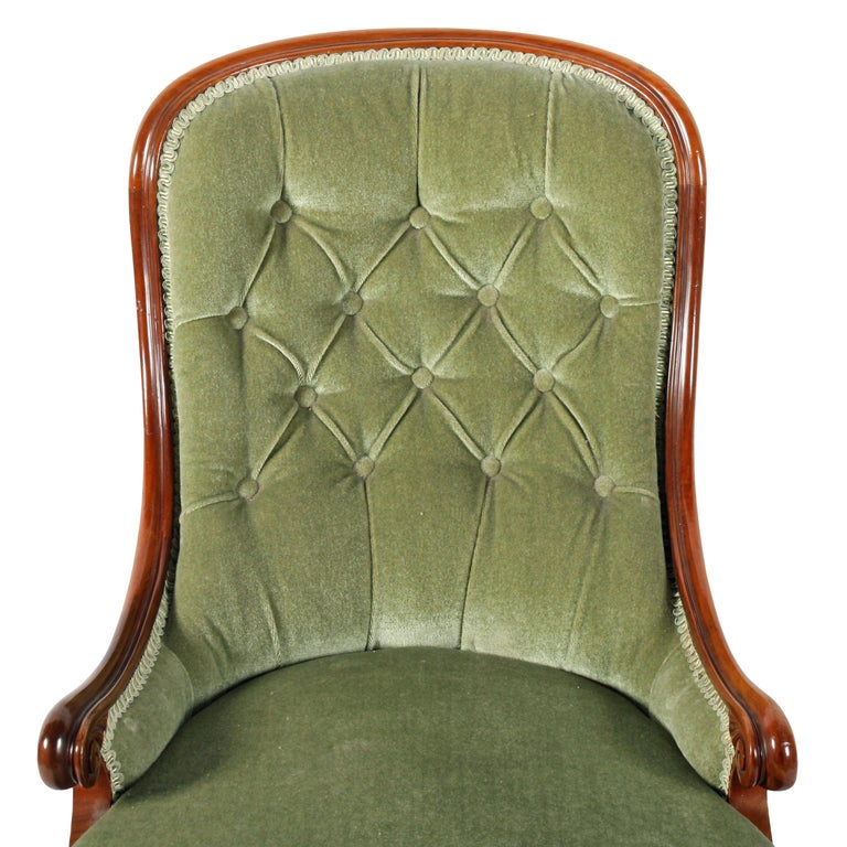 19th Century Victorian Walnut Slipper Shaped Easy Arm Chair In Good Condition For Sale In Newcastle Upon Tyne, GB