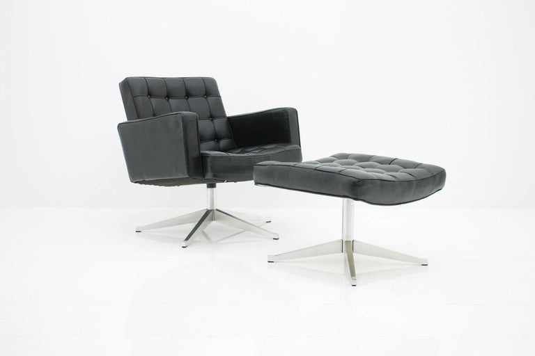 Vincent Cafiero lounge chair for Knoll International, 1960s. Swivel armchair with black leather and aluminum frame.