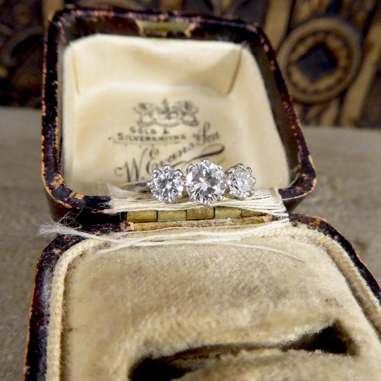 Vintage 1.00 Carat total Diamond Three-Stone Ring in Platinum For Sale 2