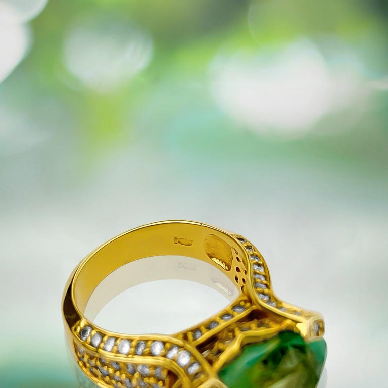 Vintage 11.50 Carat Colombian Emerald and Diamond Ring In Excellent Condition For Sale In Miami, FL