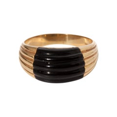 Vintage 14K Yellow Gold Carved Onyx Ring