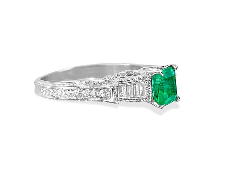 Contemporary Vintage 1.50 Carat Colombian Emerald Diamond Cocktail Engagement Ring For Sale