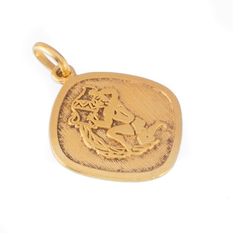 Vintage 18 Karat Aquarius Zodiac Astrology Charm In Good Condition For Sale In New York, NY