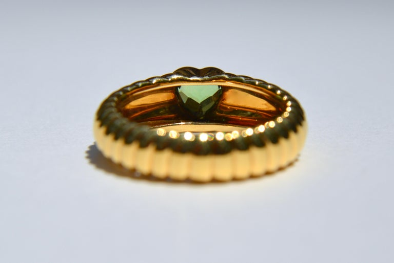 Vintage 18 Karat Gold Tiffany & Co .44 Carat Peridot Ribbed Heart Band Ring In Good Condition For Sale In Crownsville, MD