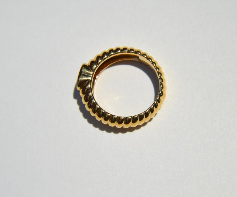 Women's Vintage 18 Karat Gold Tiffany & Co .44 Carat Peridot Ribbed Heart Band Ring For Sale