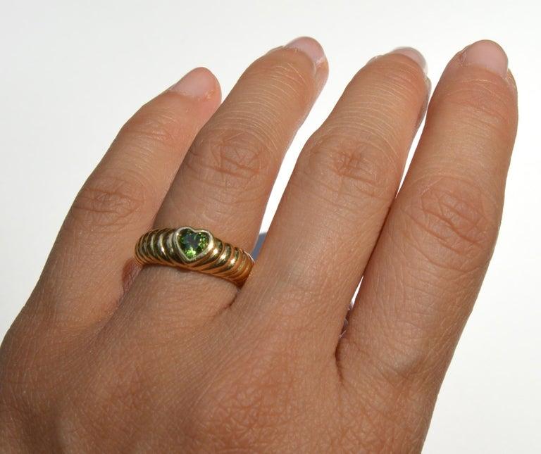 Vintage 18 Karat Gold Tiffany & Co .44 Carat Peridot Ribbed Heart Band Ring For Sale 1