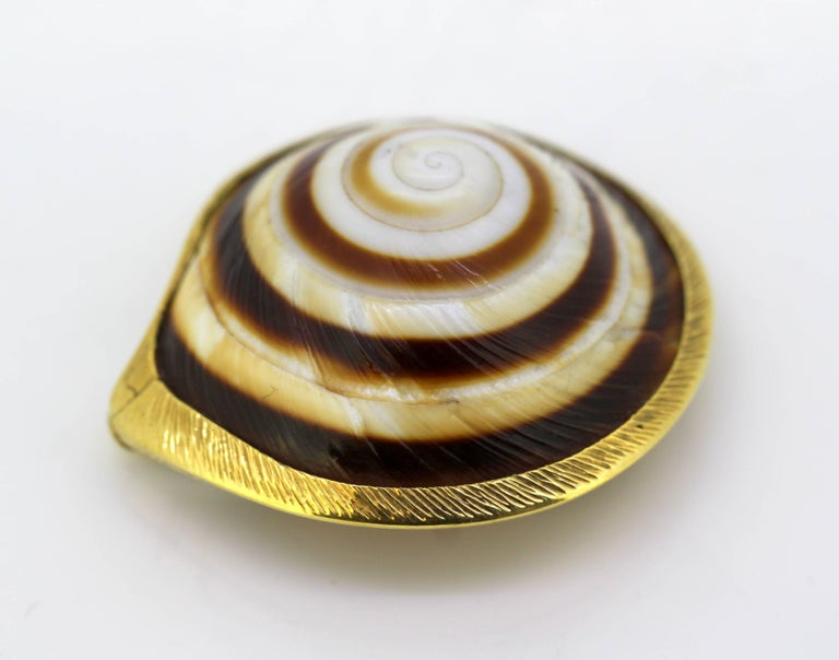 Vintage 18k gold and sea shell pill box Maker : AT Made in London 1969 Fully hallmarked.  Dimensions - Size : 4.1 x 3.8 x 1.8 cm Weight : 14 grams  Condition: General used, minor wear tear, excellent and pleasant overall condition, please see