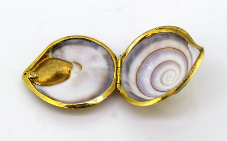 Vintage 18 Karat Gold and Sea Shell Pill Box by AT, Made in London, 1969 In Excellent Condition For Sale In Braintree, GB