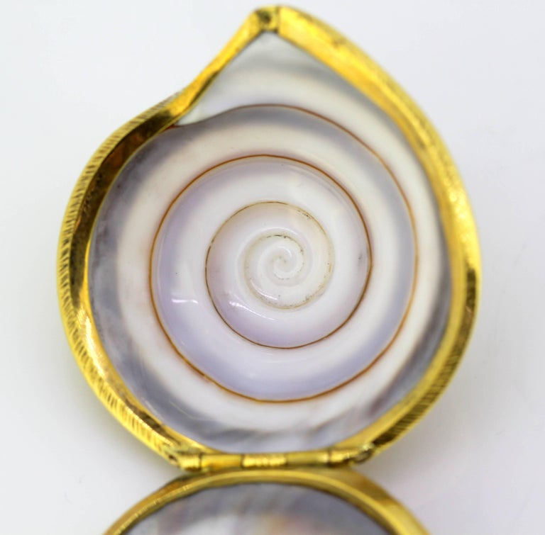 Women's or Men's Vintage 18 Karat Gold and Sea Shell Pill Box by AT, Made in London, 1969 For Sale