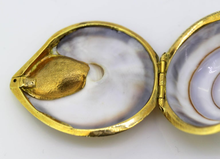 Vintage 18 Karat Gold and Sea Shell Pill Box by AT, Made in London, 1969 For Sale 1