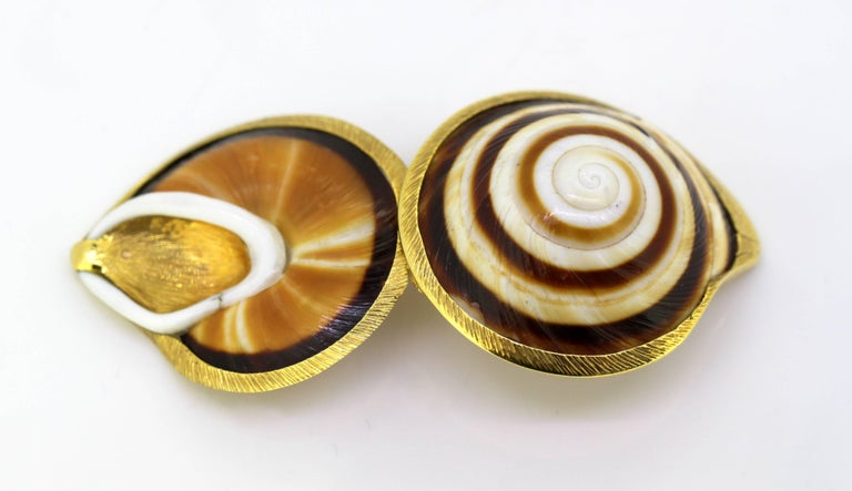 Vintage 18 Karat Gold and Sea Shell Pill Box by AT, Made in London, 1969 For Sale 2