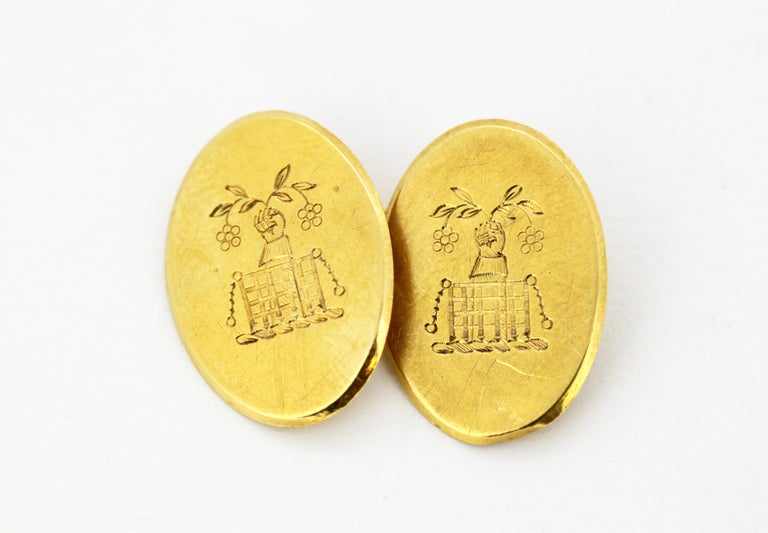 Vintage 18kt yellow gold cufflinks with coat of arms Made in London 1949 Makers Mark : C&F Fully hallmarked 18kt gold.  Dimensions -  Size : 2.4 x 2 cm Total weight : 11 grams  Condition: Pre-owned, surface wear and tear from general usage, no