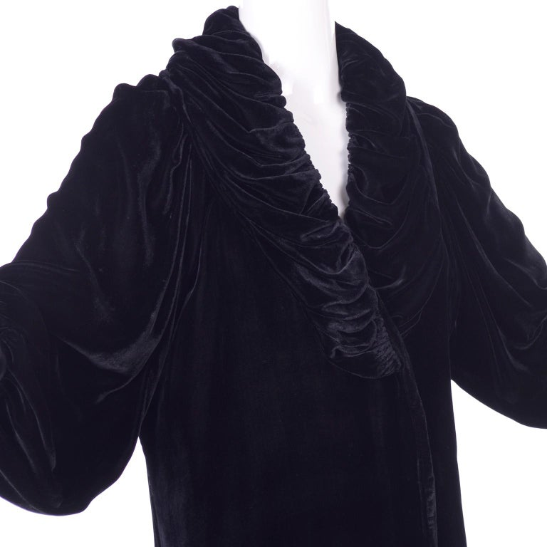 Vintage 1910s Black Velvet Evening Coat W/ Gathered Collar & Puff Sleeves In Excellent Condition For Sale In Portland, OR
