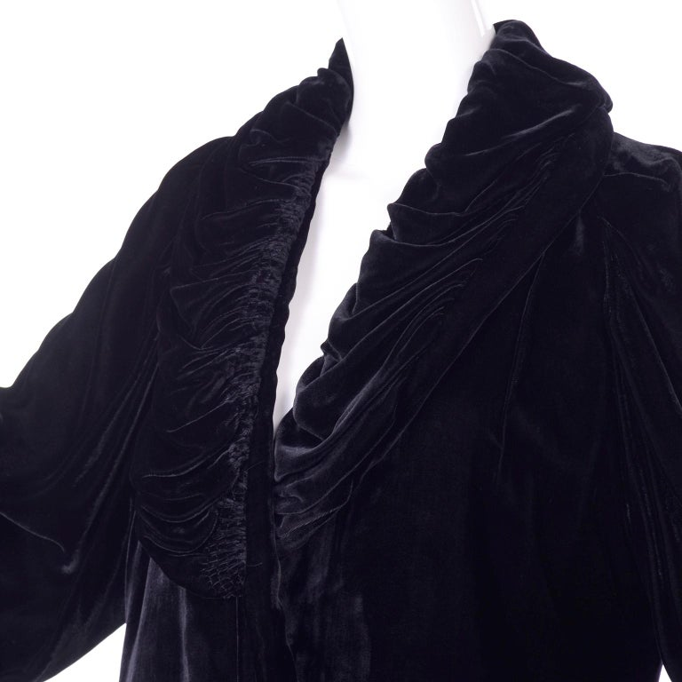 Vintage 1910s Black Velvet Evening Coat W/ Gathered Collar & Puff Sleeves For Sale 5
