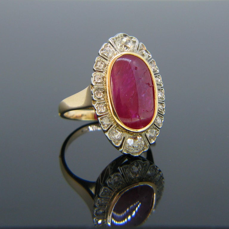 Vintage 1940s Burmese 10 Carat Ruby Cabochon and Diamonds Cluster Ring In Good Condition For Sale In London, GB