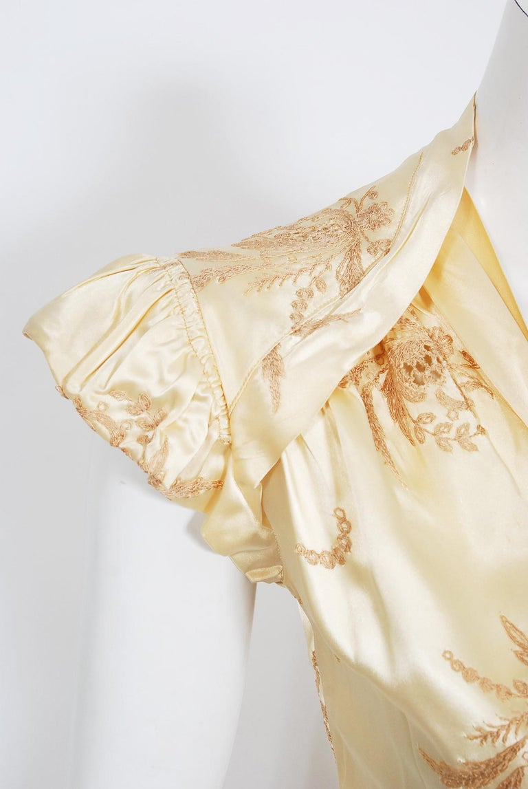 Vintage 1940's Embroidered Creme Silk Satin Belted Wrap Bridal Dressing Gown In Good Condition In Beverly Hills, CA